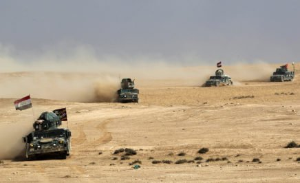 Iraqi pro-government forces advance towards the village of Sin al-Dhuban, south of Mosul, on October 27, 2016, during an operation to retake the main hub city from the Islamic State (IS) group jihadists.
