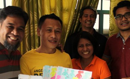 Amnesty Philippines staff visit Jerryme Corre along with his wife to deliver letters from Amnesty activists across the world. © Amnesty International